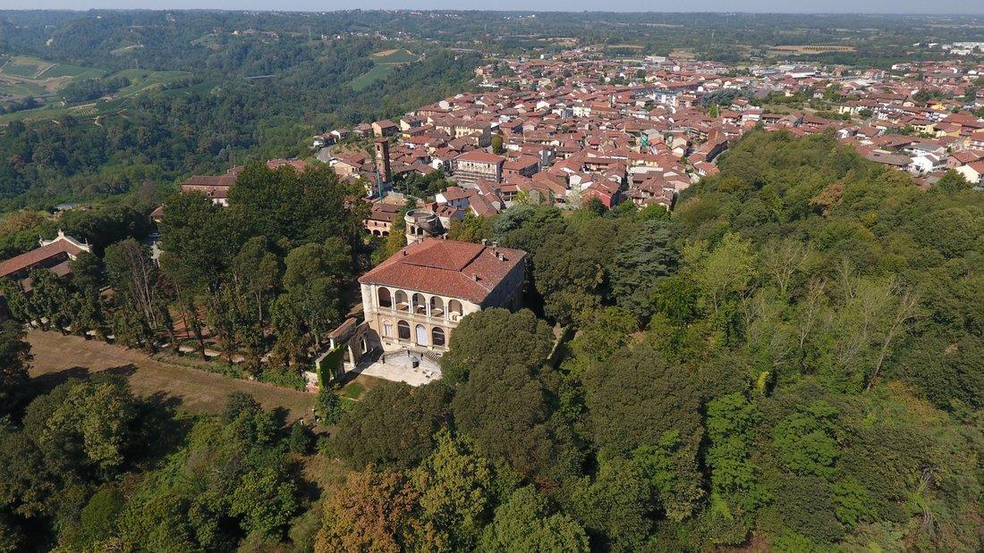 Montà vista del centro storico e del castello